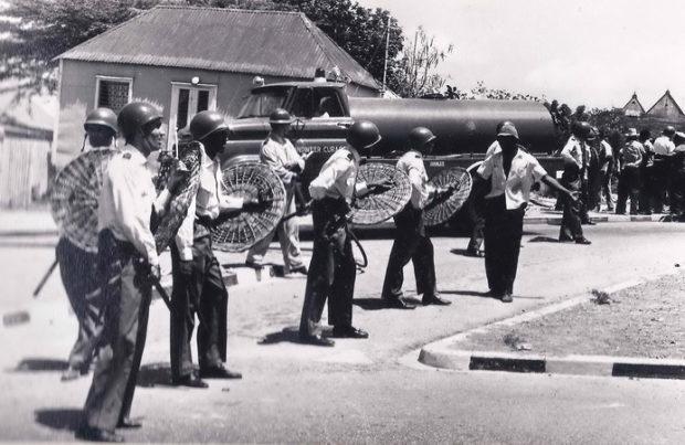 Mei 69 - politie bij Berg Altena. - marinefotograaf - collectie B.M. Smit, Leiderdorp