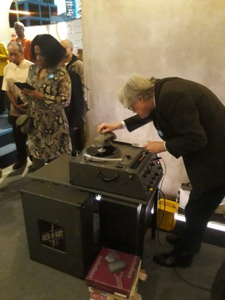 Audio-archeoloogTim de Wolf bereidt een Tambúopname voor op een oud opnameapparaat