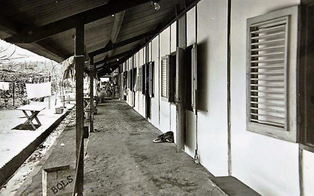 Gaanderij westzijde barak
