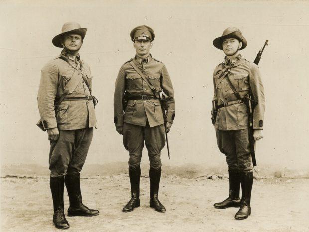 Militaire Politietroepen - onderofficieren in veldtenue - collectie Antheunissen Leiderdorp