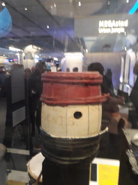 een tambú (trommel) 'oude stijl' in de Museonvitrine
