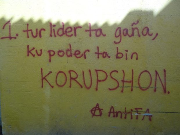 Graffiti [1. Alle leiders liegen, met macht komt corruptie]- foto Aart G. Broek / Curaçao