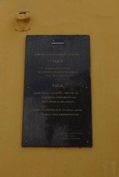 Gedenkplaat voor Tula en zijn rol in de revolte van 1795 - Fortmuur, Punda, Curacao - foto Aart G Broek