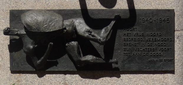 """Jan H. de Groot : """"Hoort! / Het vrije woord / bedreigd, versmoord, / brengt in de nood / zijn vechters voort / tot aan de dood."""" 1940 ~1945 - Den Haag / foto Aart G. Broek"""
